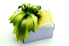 Подарочная коробка с красочными лентами на белой предпосылке Стоковые Изображения