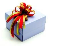 Подарочная коробка с красочными лентами на белой предпосылке Стоковые Изображения RF