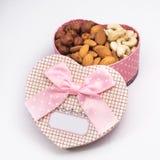 Подарочная коробка с различными гайками - подарок для полюбленное одного Стоковые Изображения RF