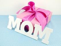Подарочная коробка с розовым смычком ленты на День матери Стоковое Изображение RF