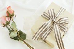 Подарочная коробка с смычком и розами нашивки Стоковая Фотография