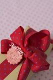 Подарочная коробка с точкой ленты и смычка, красных и голубых польки Стоковое Изображение RF