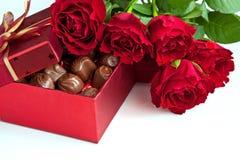 Подарочная коробка трюфелей шоколада с красными розами Стоковая Фотография