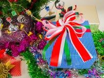 Подарочная коробка украшенная с рождественской елкой Стоковая Фотография RF