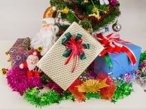 Подарочная коробка украшенная с рождественской елкой Стоковая Фотография