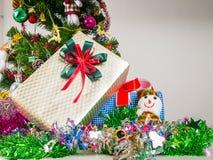Подарочная коробка украшенная с рождественской елкой Стоковое Изображение RF