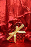 Подарочная коробка формы сердца валентинки Стоковые Фото