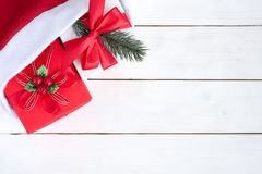 2 подарочной коробки внутри шляпы Санта Клауса Стоковое фото RF