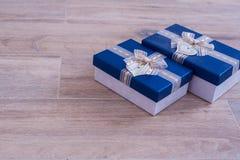 2 подарочной коробки на белом дереве Стоковое фото RF