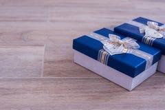 2 подарочной коробки на белом дереве Стоковые Фотографии RF