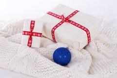 2 подарочной коробки на белых шерстях, Стоковое Изображение RF