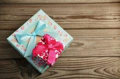2 подарочной коробки на деревянной предпосылке горизонтально Стоковая Фотография RF