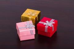 3 подарочной коробки на деревянном Стоковая Фотография