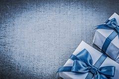 2 подарочной коробки на металлической концепции торжеств предпосылки Стоковые Изображения RF