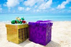 2 подарочной коробки на пляже - концепции праздника Стоковая Фотография
