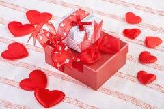 2 подарочной коробки окруженной мягкими сердцами Стоковые Фото