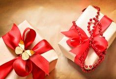 2 подарочной коробки связанной с красной лентой сатинировки Стоковые Фото