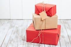 3 подарочной коробки с биркой над деревянной предпосылкой Стоковые Изображения RF
