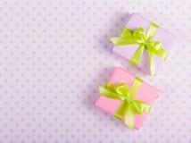 2 подарочной коробки с зелеными лентами на нежной предпосылке с точками польки Стоковые Изображения RF