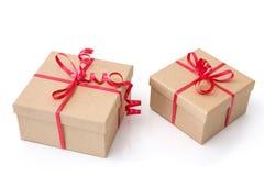 2 подарочной коробки с красными лентами на белой предпосылке Стоковые Фотографии RF