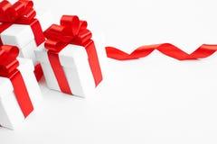 3 подарочной коробки с красными лентами Стоковые Фото