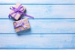 2 подарочной коробки с настоящими моментами на голубой деревянной предпосылке Стоковое фото RF