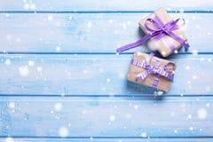 2 подарочной коробки с настоящими моментами на голубой деревянной предпосылке Стоковые Изображения