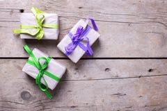 3 подарочной коробки с настоящими моментами на постаретой деревянной предпосылке Стоковое Изображение