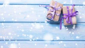2 подарочной коробки с настоящими моментами на сини покрасили деревянную предпосылку Стоковое фото RF