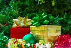 2 подарочной коробки с шариком рождества Стоковые Изображения RF