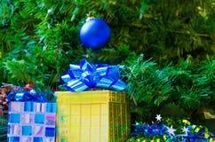 2 подарочной коробки с шариком рождества Стоковые Фото