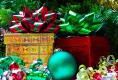2 подарочной коробки с шариком рождества Стоковое Изображение