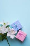 2 подарочной коробки с alstroemeria цветут на свете - голубом backgroun Стоковые Изображения