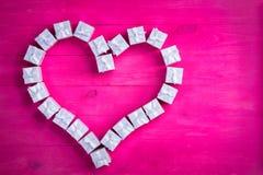 Подарочные коробки аранжированные как сердце на экзотическом пинке Стоковая Фотография