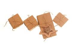 Подарочные коробки бумаги kraft связанные с веревочкой на белой предпосылке Стоковые Фото