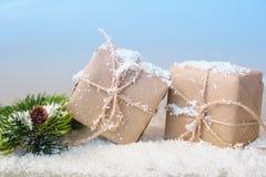 Подарочные коробки бумаги kraft с елевыми ветвями на белой предпосылке Стоковая Фотография