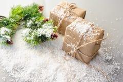 Подарочные коробки бумаги kraft с елевыми ветвями на белой предпосылке Стоковые Фото