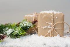 Подарочные коробки бумаги kraft с елевыми ветвями Стоковое фото RF