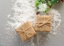 Подарочные коробки бумаги kraft с елевыми ветвями Стоковые Фото