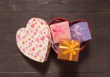 Подарочные коробки в коробке сердца, на деревянной предпосылке с пустой Стоковые Фотографии RF