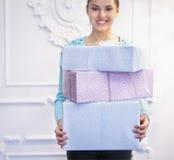 Подарочные коробки в руках молодого indoo женщины брюнет Стоковое Изображение