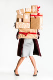 Подарочные коробки в руках молодой женщины Стоковое Изображение
