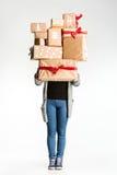 Подарочные коробки в руках молодой женщины Стоковые Фотографии RF