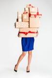 Подарочные коробки в руках молодой женщины Стоковое Фото