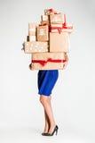 Подарочные коробки в руках молодой женщины Стоковая Фотография