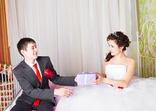 Подарочные коробки в руках невесты Стоковое Изображение RF