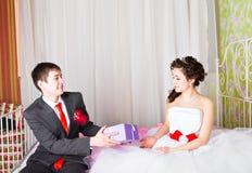 Подарочные коробки в руках невесты Стоковая Фотография RF