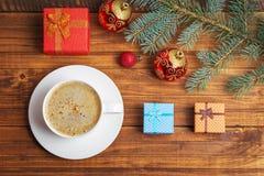 Подарочные коробки, игрушки рождества, ель ветви и кофе Стоковые Изображения