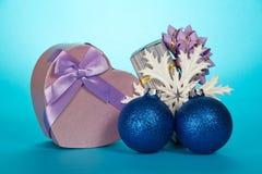 2 подарочные коробки, игрушки рождества и снежинки Стоковые Изображения