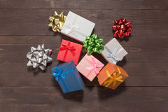 Подарочные коробки и ленты на деревянной предпосылке с пустым s Стоковые Фото
